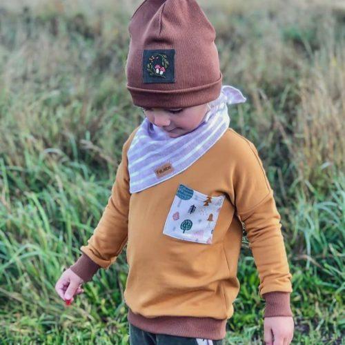 Sweatshirt gelb, Beanie Rosenholz und Musselintuch Tragebild Junge